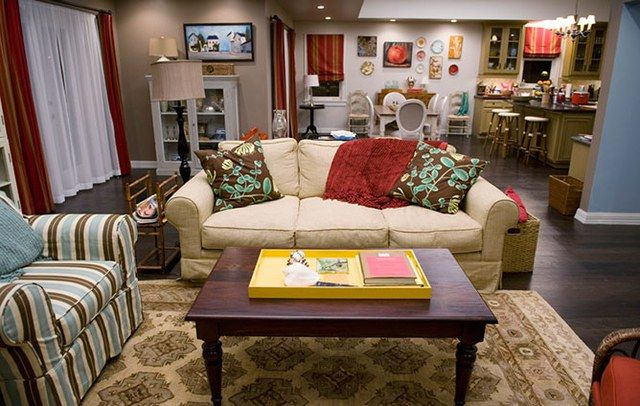 The Homes Of Abc S Modern Family Modern Family House Living Room Wall Color Home Wall Colour