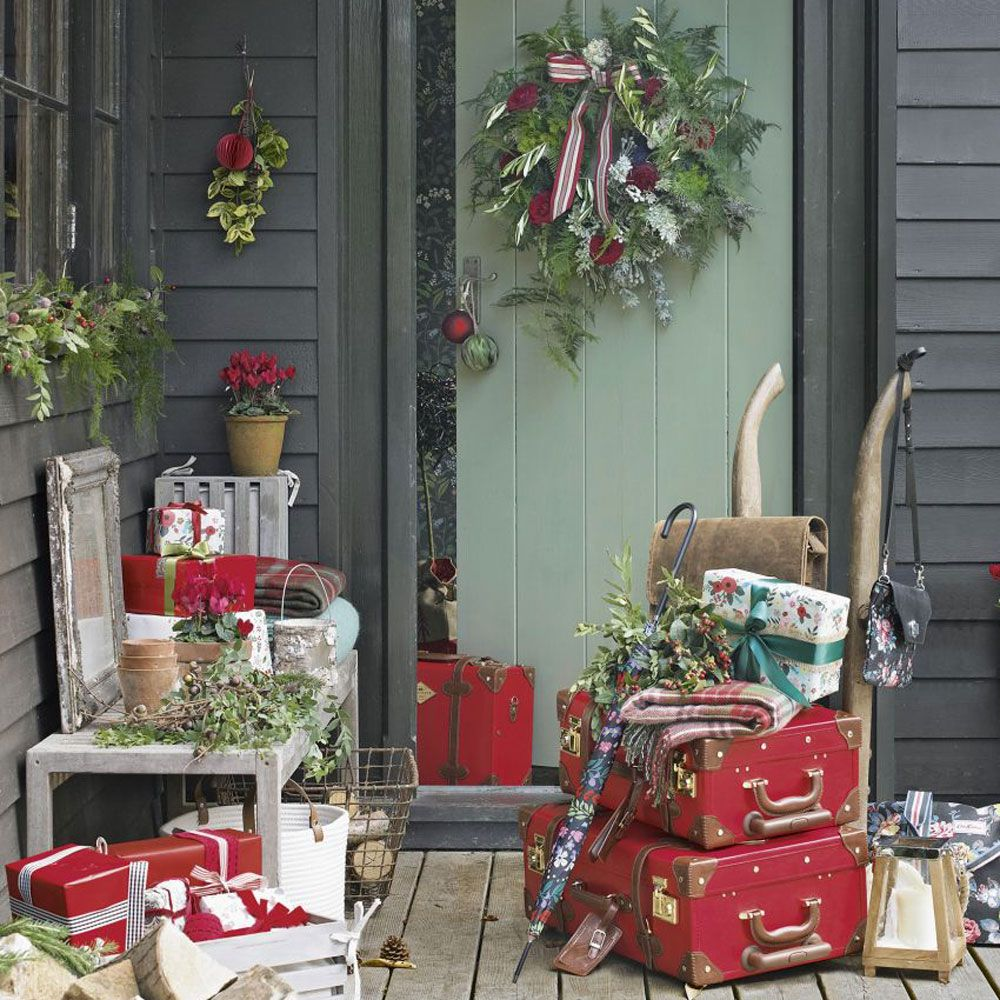 cabin style porch with woodland decorations - Cabin Style Christmas Decorations