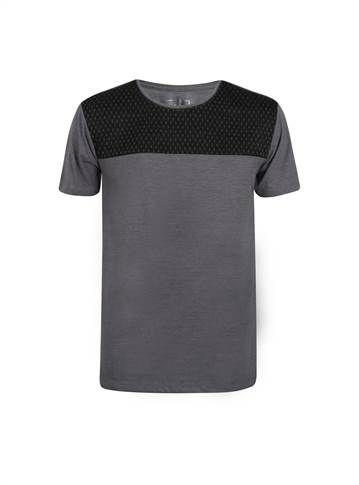 344ac2ccdf3cd Camiseta masculina cinza com detalhe em preto na parte dos ombros - Visite  Riachuelo.com.br