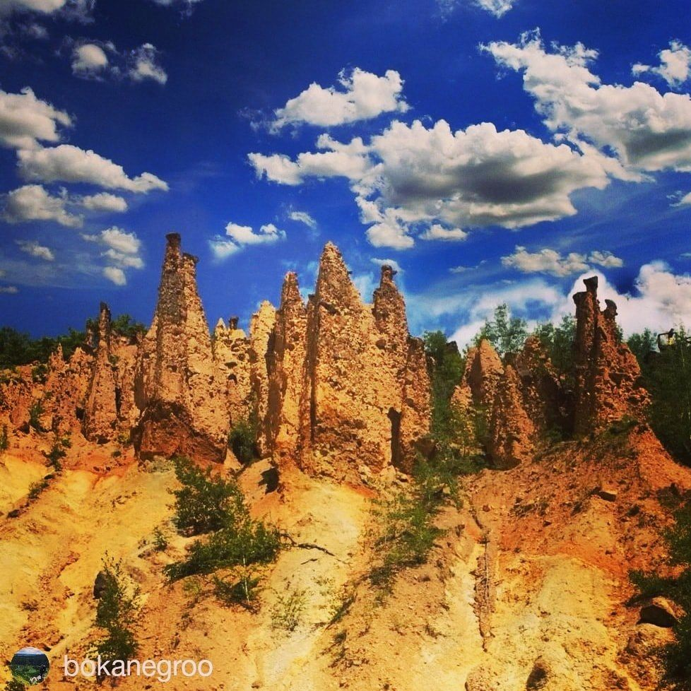 Kameni svatovi Djavolje varoši  .  Stone statues of Devil's town  .  #wheretoserbia #worldwonder #djavoljavaros #seeserbia #naturewonder #landscapelovers #phenomenon #outdoors #naturephotography #landscape #sky_brilliance #traveldiaries #aroundtheworld #shotwithlove #splendidearth #hikingadventures #worldshotz #findingawesome #bokanegroo #naturelovers   #neverstopexploring #jaw_dropping_shots #visualsoflife #welivetoexplore #moodynaturelandscapes #heart_imprint #natureaddict nature_perfection