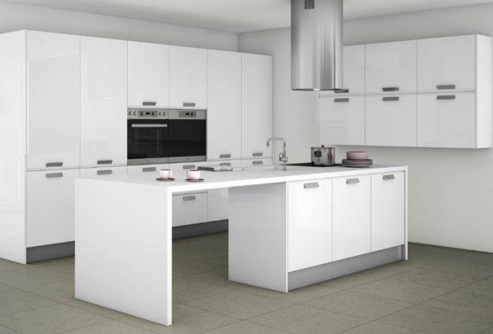 Cocina en blanco con elementos en gris piedra isla for Elementos cocina