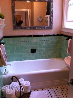Charming 1930s bathroom. //outermissionjeff.blogspot.com/2013 ... on decorating styles 1930 s, tile desgins 1930 s, bathroom tile designs from 1930,