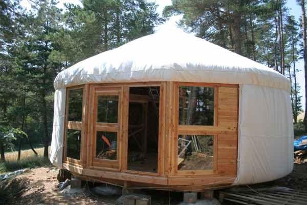 yourte contemporaine dans les bois mezzanine laine auvergne alternative housing. Black Bedroom Furniture Sets. Home Design Ideas