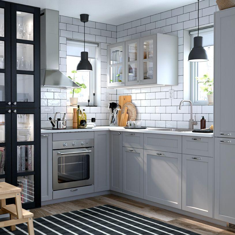 Petite cuisine de style traditionnel en gris et blanc, avec portes ...