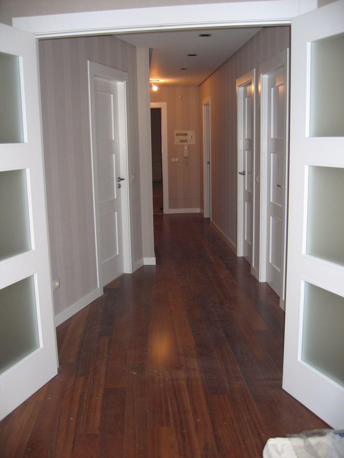 Pavimento de nogal con puertas lacadas. Puertas lacadas