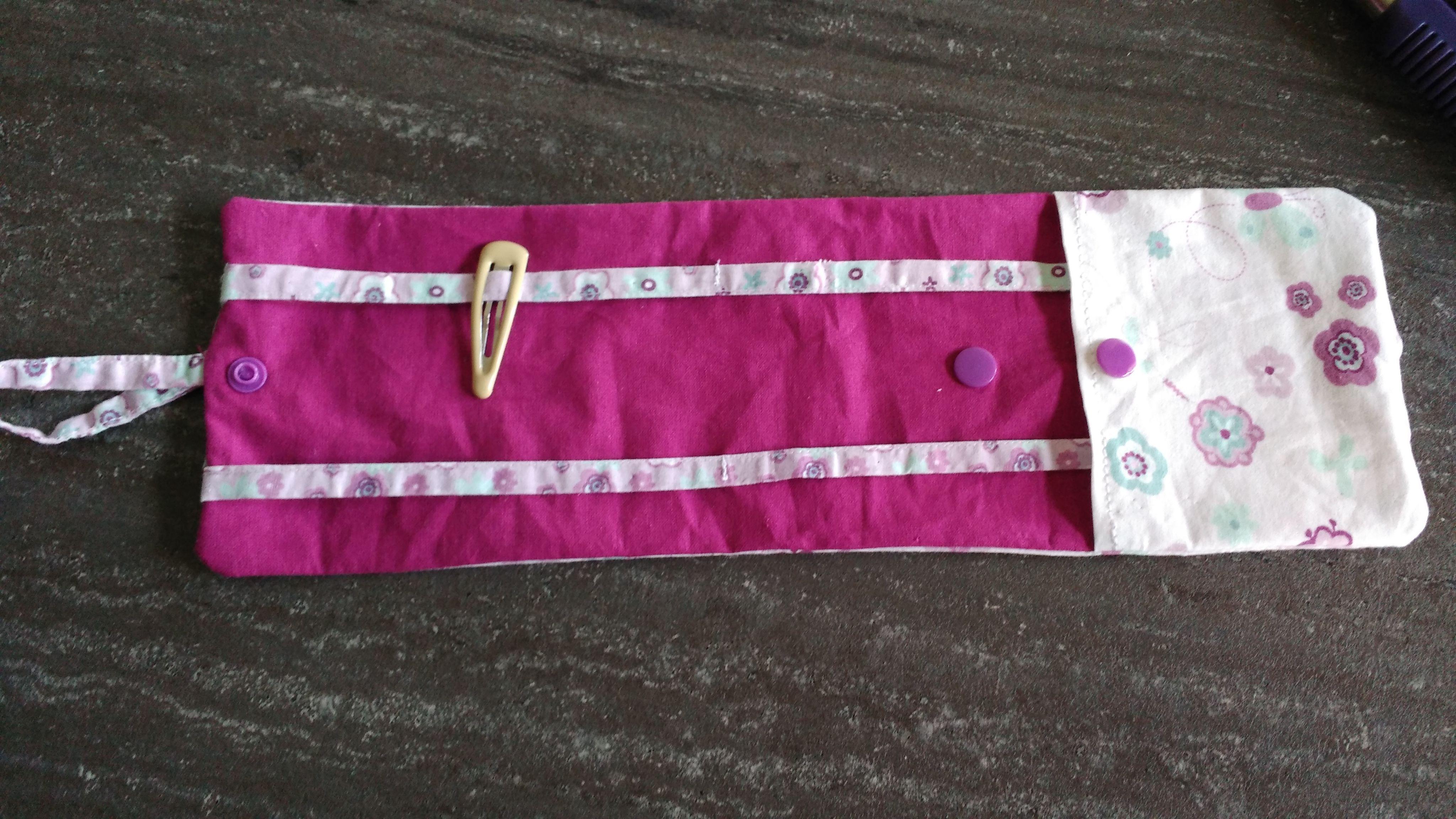 Petite pochette à barrettes avec une poche pour les chouchous. A emporter et accrocher partout.