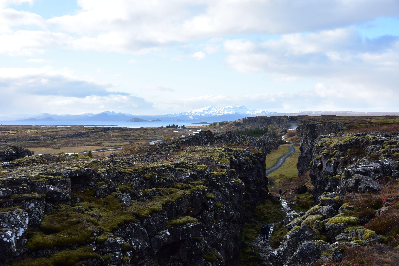 Cañón natural entre rocas volcánicas