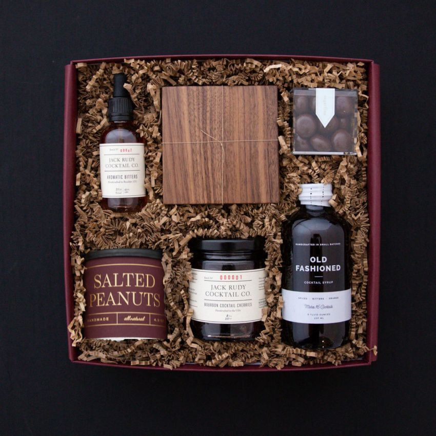 This handsome gift is full of essentials for the cocktail lovers in your life (minus the whisky!). #giftsforhim #giftbox #giftsforhimchristmas #giftsforhim2020 #giftsforhimjustbecause #giftsforhimbirthday #giftsforhimanniversary #giftideas #thebestgift #craftedgifts #thankyougifts
