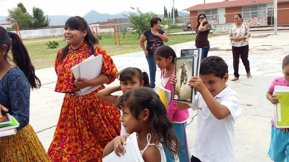 Niños de escuelas indígenas de bajos recursos, recibiendo cuadernos el año pasado, gracias a la cooperación de la comunidad chihuahuense
