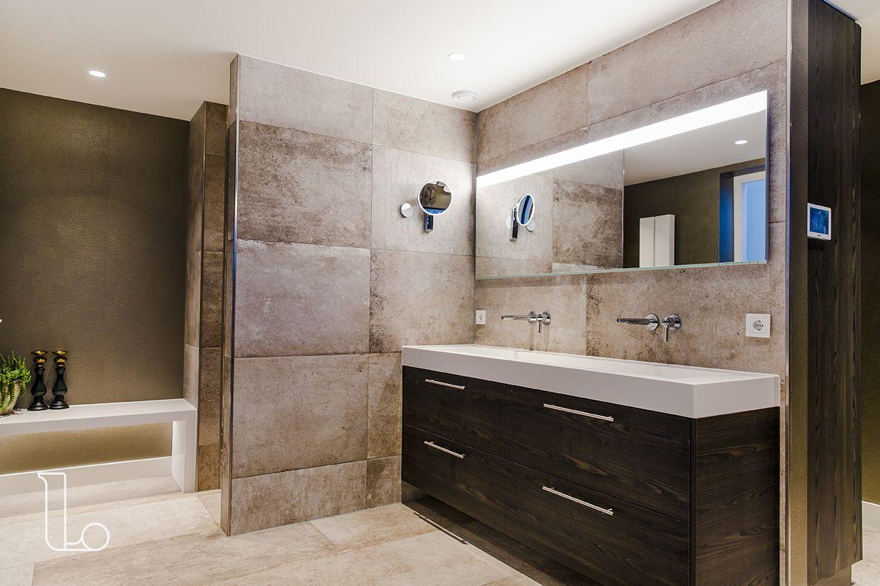 Hout Afwerking Badkamer : Het donkere houten badkamermeubel past perfect bij de grote