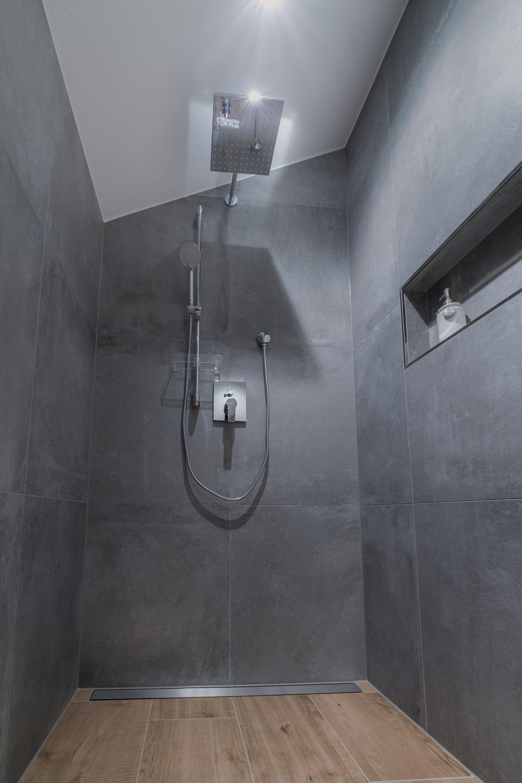 Bodengleiche Regendusche Mit Nische Und Dachschrage In 2020 Musterhaus Badezimmerideen Fertighaus Bauen