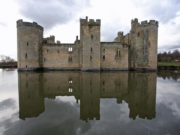 Castelo de Bodiam, Inglaterra   Situado na região inglesa de East Sussex, o castelo medieval de Bodiam foi construído no final do século 14 para defender a área da invasão francesa durante a Guerra dos Cem Anos. Cercado por uma lagoa, o castelo leva os visitantes para uma viagem no tempo até a época em que era habitado.