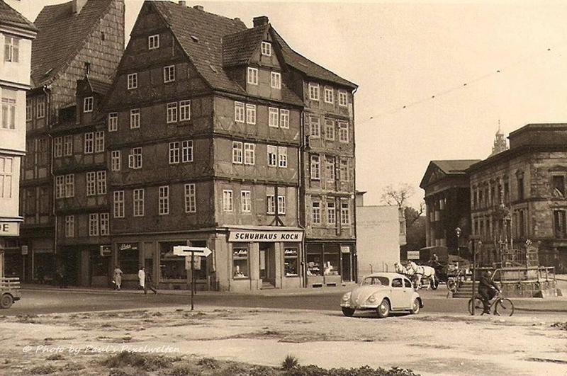 Hannover Altstadt rechts der lädierte Landtag und ein VW Käfer fährt auch schon wieder herum l