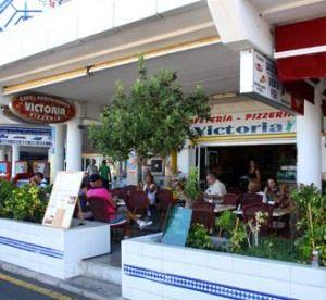 """Wil je graag de lokale """"canarische"""" sfeer opsnuiven, dan is Cafeteria Victoria """"the place to be"""". Hier komen de locals en de eigenaars van de..."""