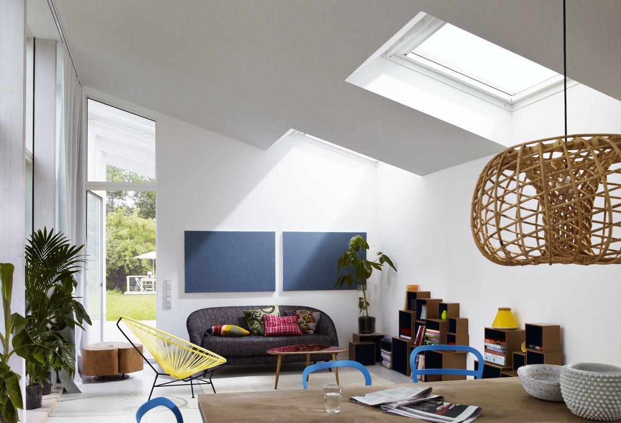 Buntes modernes Wohnzimmer mit viel Tageslicht und Frischluft ...