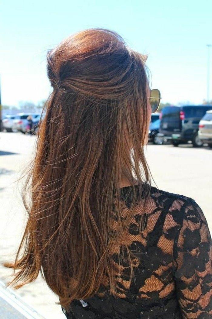 coiffure demi queue, cheveux longs mi attachés et une blouse noire avec  dentelle