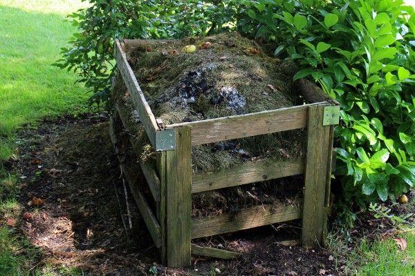 Čo s nadbytočnou trávou a listami? Nevyhadzujte, kompostuje a prospeje to vašej záhrade.