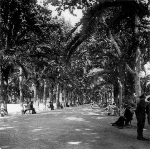 Generación del 27. Los dos poetas Emilio Prados y Federico Gacía Lorca, cruzaban el Parque de Málaga mientras recitaban poesías.