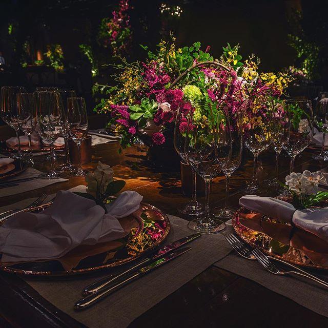Linda composição rústica e ousada com cobre, madeira e linhão! @andrepedrotti @mesalinho @vintageandcool #mbacellar #mbacellarfestas #decoracaodecasamento #wedding #flowers #wedding #decor #cobre #rustico