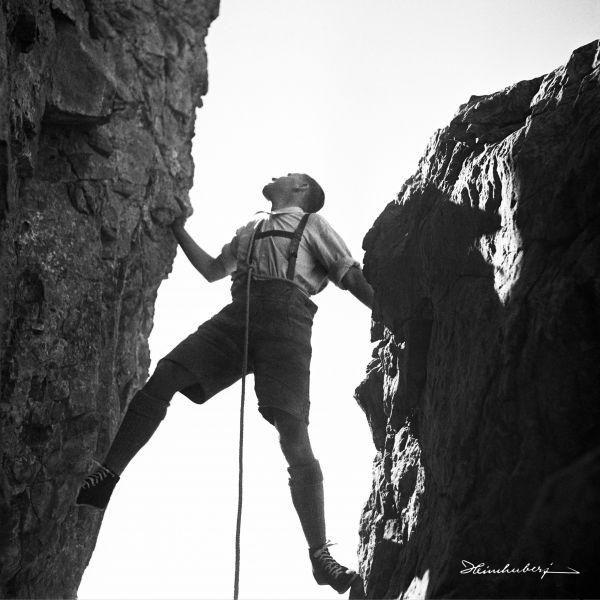 Kletterer in Felsspalte 1933. Alte Bilder von Menschen und Tieren in ...
