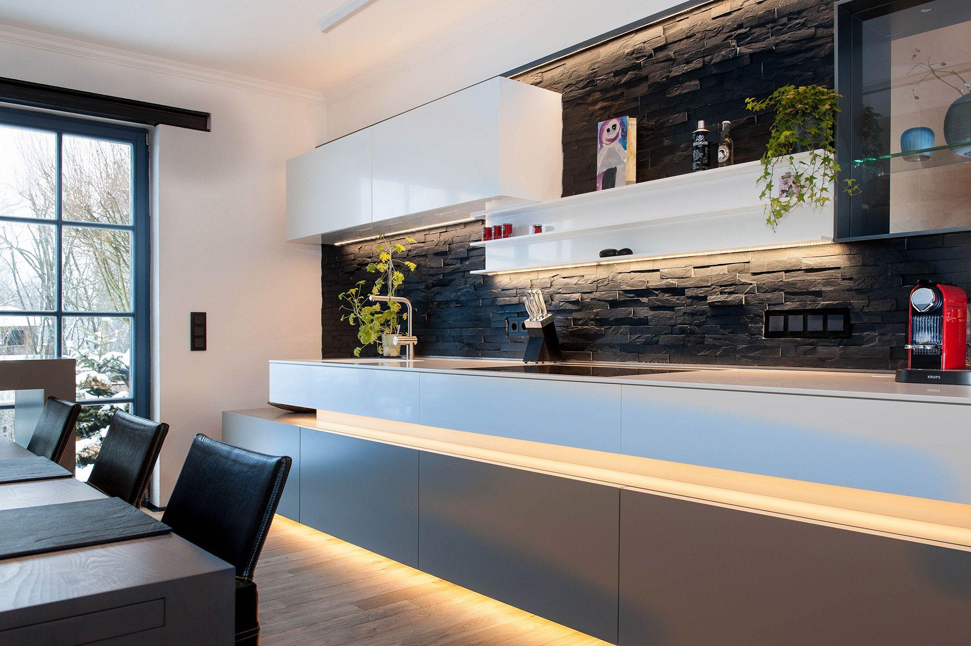 Moderne Wohnraume Mit Stimmiger Led Beleuchtung Gestalten Wohnkuche Schmale Kuche Moderne Kuchenideen