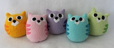 Kitty Plushies...this would be a cute idea to attach all together and make as a draft stopper for windows or doors! Fill with sand in small ziplock baggies (i dont like to use things that could spoil like rice or beans) Could make about any creature..owls, dogs, frogs...hmmm