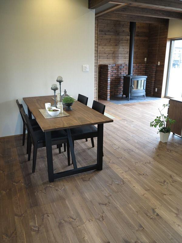 パイン無垢材の床をブラウン色に塗装した内装にウォールナット無垢材と