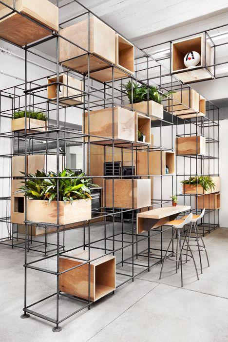 Estanteria de fierros de construccion soldados y madera natural con macetas y plantas: