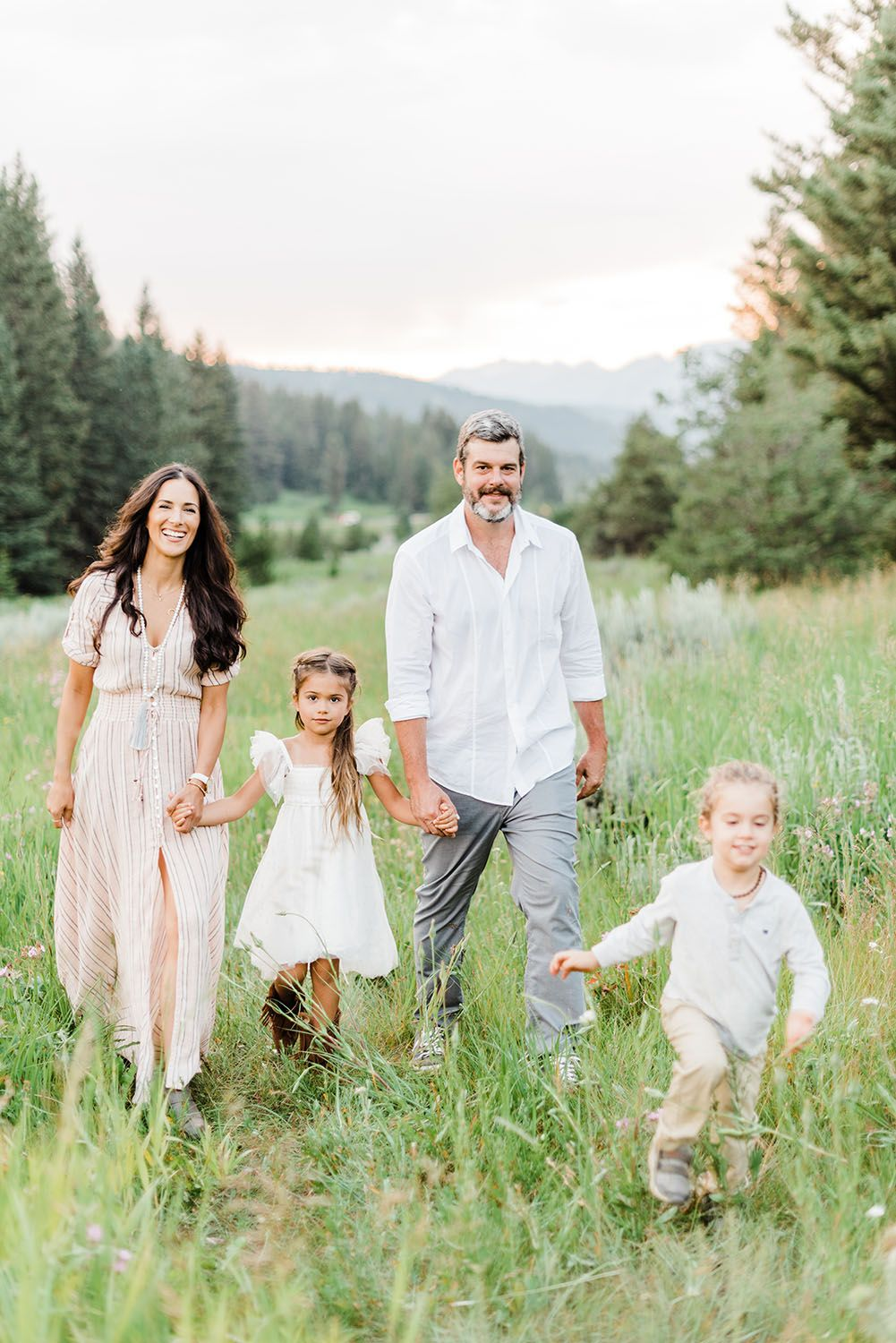 Keeley McKay Photography, stylish family vacation photography session in the mountains of Big Sky, Montana. #familyphotooutfits