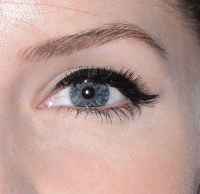 Winged Eyeliner auf nach unten gerichteten Augen