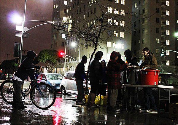 ロサンゼルスホームレス事情と地元食料配給団体活動参加レポート「人間が一番胸を張って立っていられる時がいつかわかるか?」http://japa.la/?p=27188