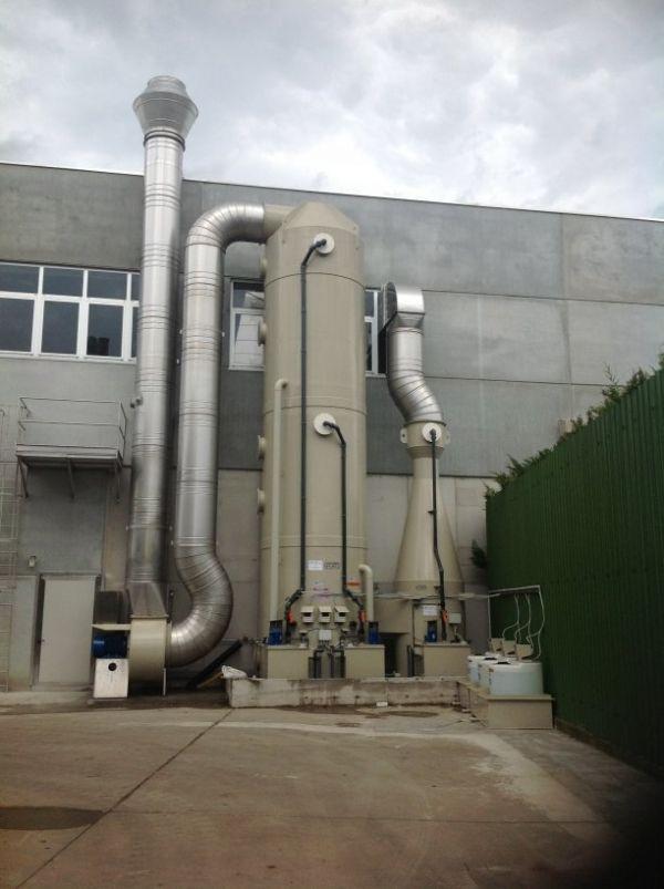 Scrubber verticale a tre stadi separati a servizio dell'impianto di abbattimento degli odori provenienti da locali di stoccaggio e selezione rifiuti speciali: Dal Maso group srl