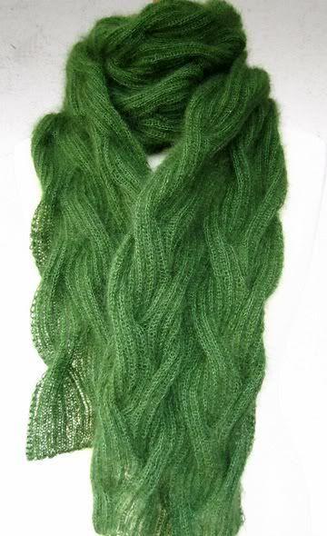 Photo of Hallo, kann mir bitte jemand sagen, was dieser Schal für ein Strickmuster hat? Zopf, das ist klar, aber in welcher Maschenreihenfolge?
