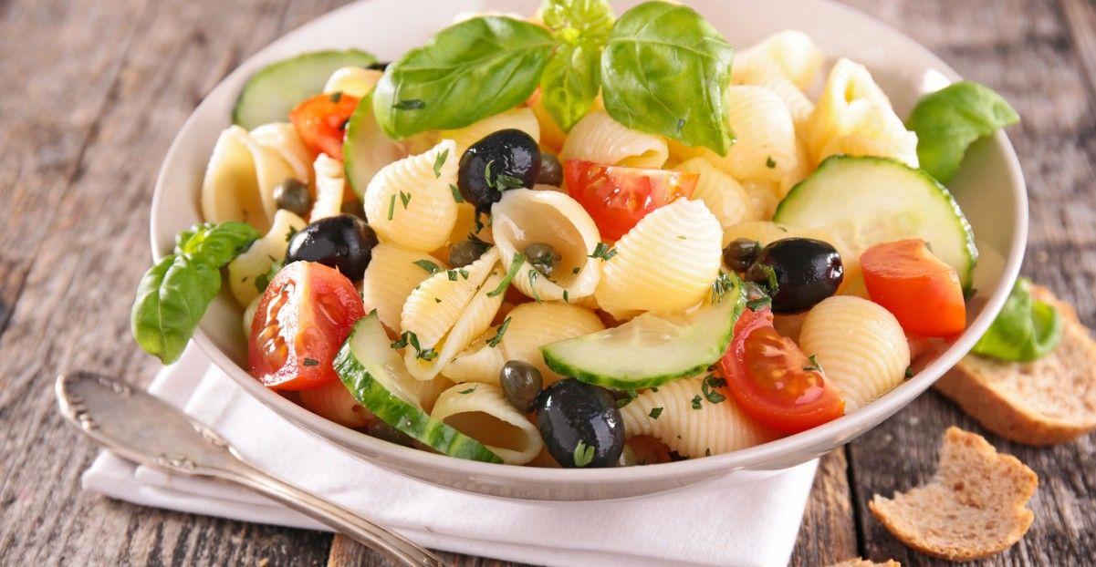Une savoureuse combinaison entre la salade grecque et la salade de pâtes traditionnelle
