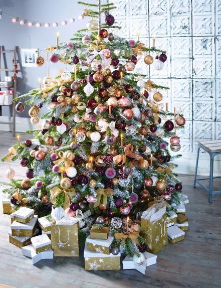 prachtvoll in die weihnachtszeit geschm ckter baum von depot dekorationen weihnachten. Black Bedroom Furniture Sets. Home Design Ideas