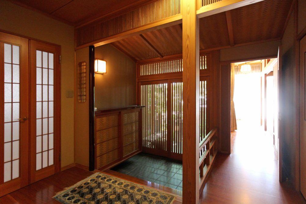 対厳山の家 数寄屋門をくぐって中へ入ると 広島のリノベーション
