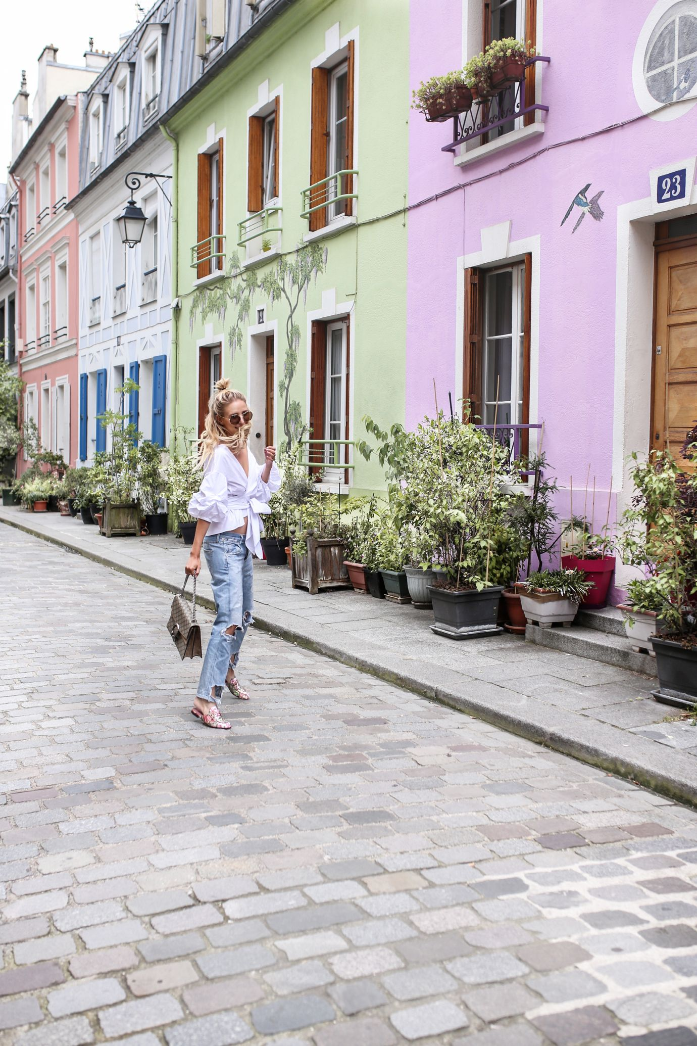Colorful street in Paris: http://www.ohhcouture.com/2016/07/monday-update-27/ | Gucci slipper, Dionysus bag | #ohhcouture #leoniehanne