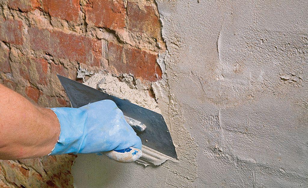 Sanierputz hilft, eine feuchte Kellerwand zu trocknen und das Mauerwerk vor Schaden durch Feuchtigkeit und Bausalze aus dem Erdreich zu schützen