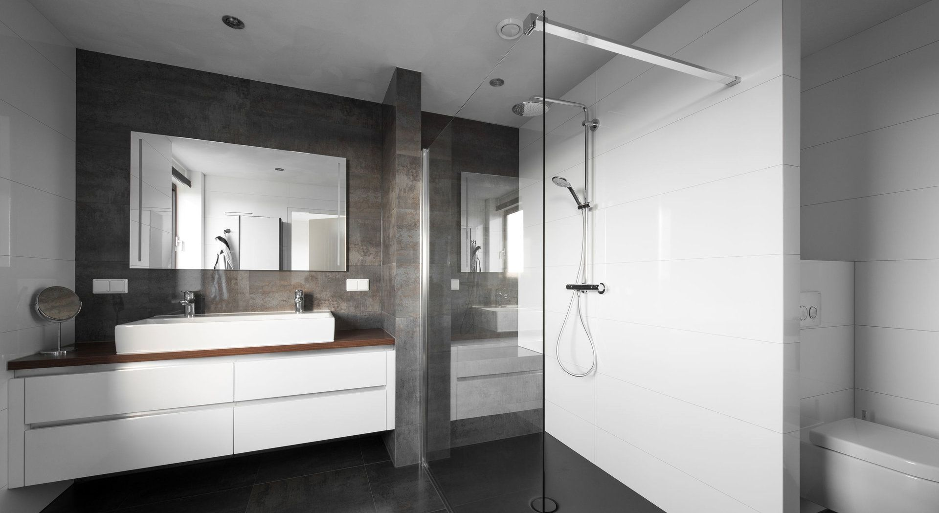 Strakke Middelkoop Culemborg badkamer met Venis tegels. Warm accent ...
