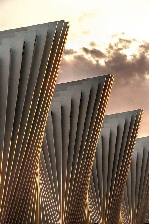 Undulating geometric facade santiago calatrava for Undulating architecture