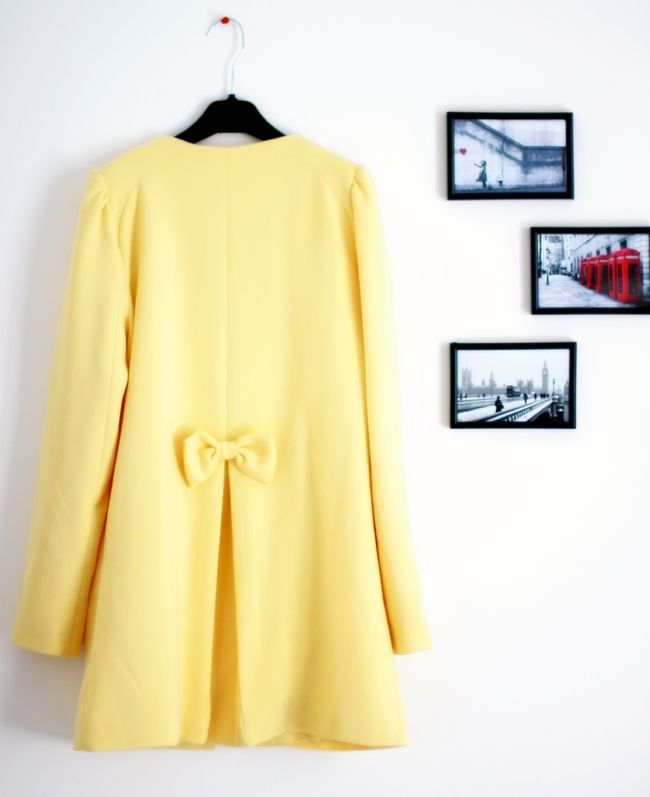 Un manteau jaune orné d un noeud à l arrière.   Manteaux    Coats ... 7346bcc10ca