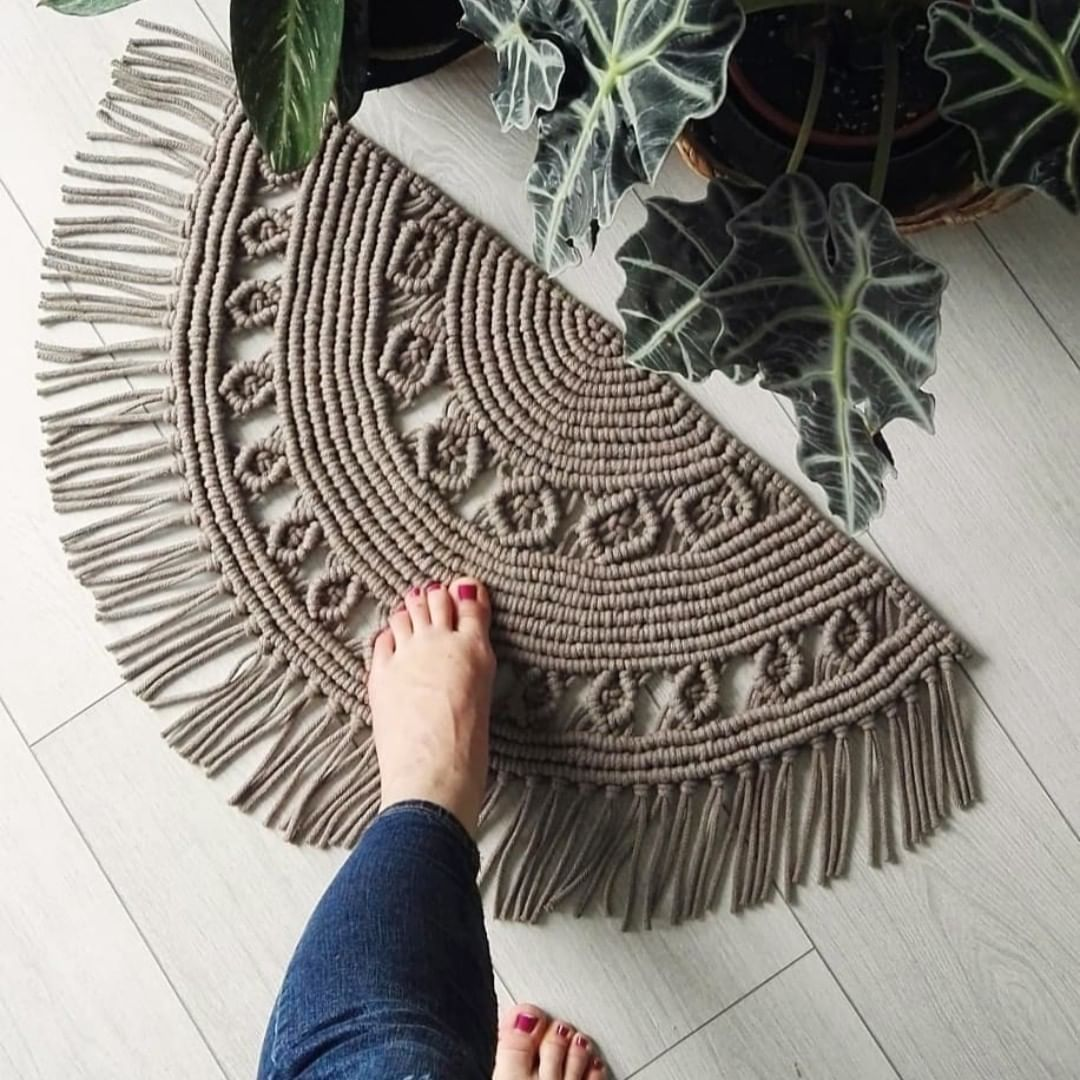 What A Splendid Idea For Your Next Macrame Project A Half Circle Rug Would You Like To Have One In Your H Macrame Design Macrame Patterns Macrame Projects