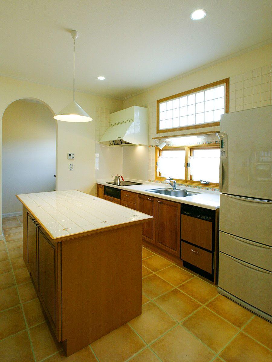 南仏風のあたたかなぬくもりが感じられるキッチン 作業台のタイルも