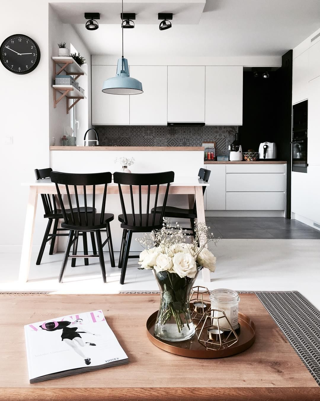 Diese Unverkennbar Nordischen Formen Die Stühle Lotta Von Rowico Wirken Gerade Durch Ihre Schlichtheit Couchtisch Skandinavisch Küchen Design Haus Küchen