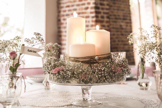 Centre de table Coupe sur pied avec gypsophile et bougies