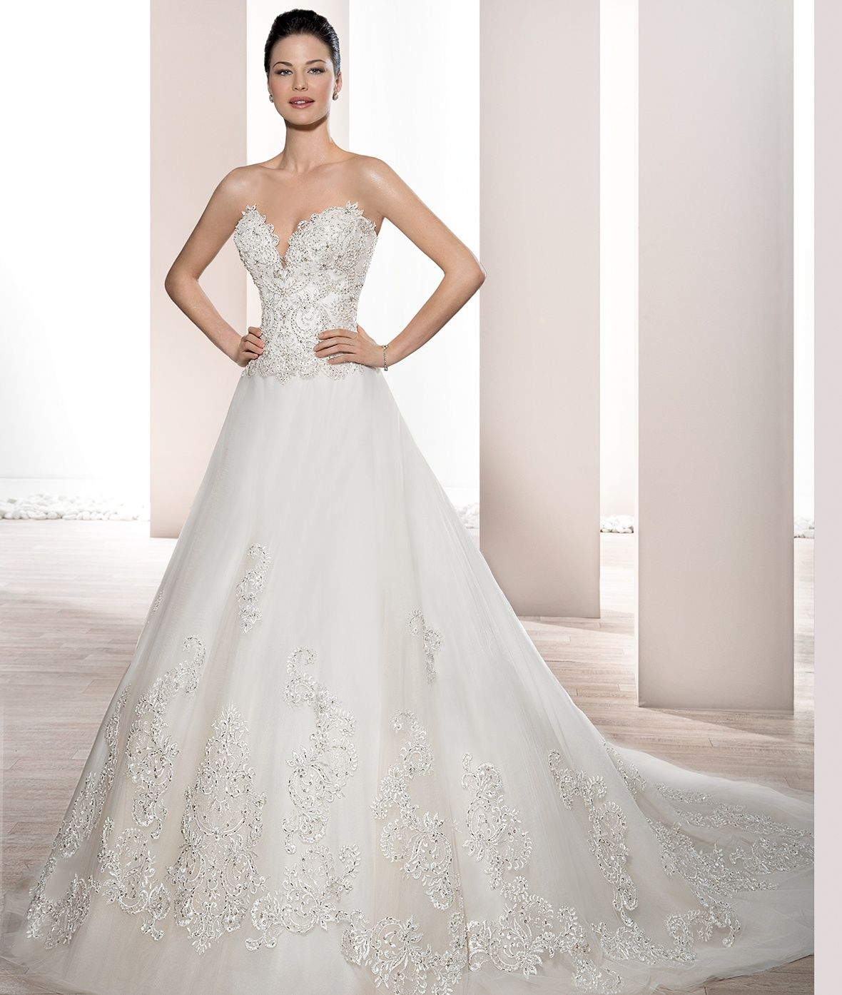 Wedding dress pin up train  This timeless strapless Tulle gown with Deep sweetheart neckline