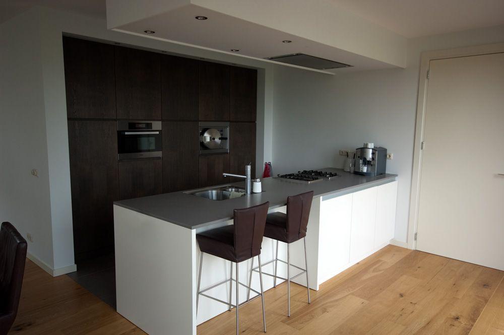 Keuken met kastenwand, eiland zijdeglans gespoten, greeploos, blad ...
