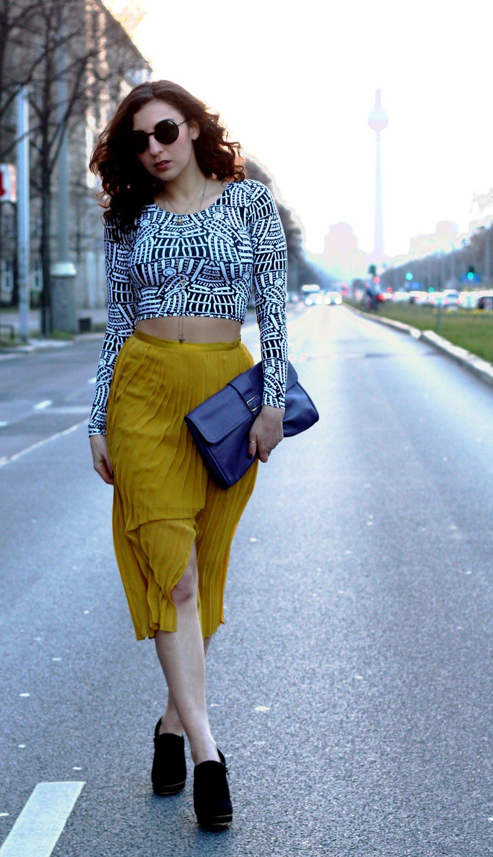 7bb1f52e0af1 Yellow Skirt Outfit    For more inspiration visit samieze.com   Berlin  Fashion blog