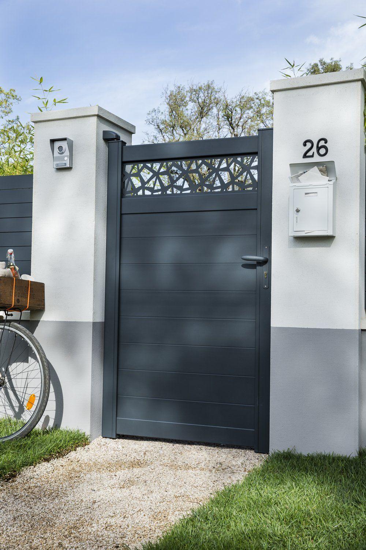 Un Portillon Moderne Et Ajoure Sur Le Haut En 2020 Portail Maison Entree Maison Portail Jardin