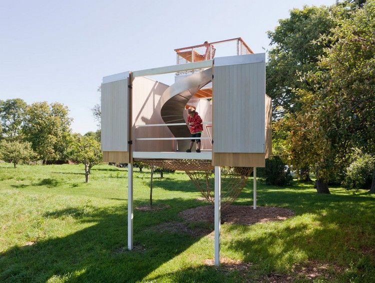 Elegant Ein Spielhaus im Garten mit modernem Konzept verspricht Abenteuer f r die zwei Jungen der Bauherren ausger stet mit Rutsche Kletternetz und co